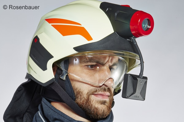 In diesen Feuerwehrhelm sind eine Helmlampe, eine Wärmebildkamera sowie ein Monitor integriert. Foto: Rosenbauer.