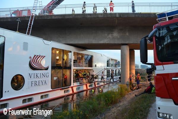 Schiff-kollidiert-mit-Bruecke_Main-Donau-Kanal-bei-Erlangen_Besatzung-eingeklemmt