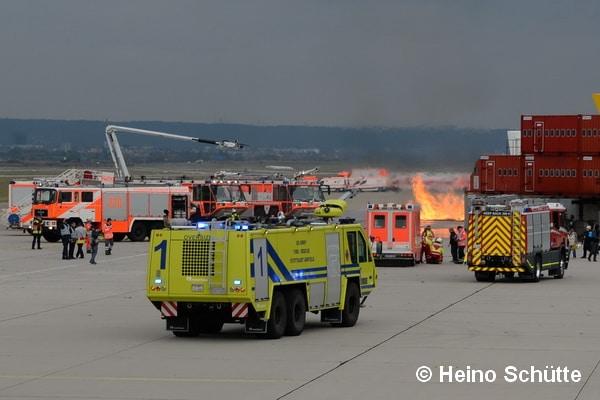 Auf dem Flughafen Stuttgart arbeiten die deutsche Flughafen Feuerwehr und das Fire Department der U.S. Army sehr eng zusammen. Die AUfnahme entstand bei einer gemeinsamen Übung 2016. Foto: Heino Schütte