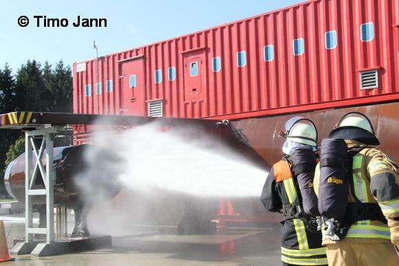 Die Flughafenfeuerwehr am Airport Hamburg besitzt eigene Ausbildungsstätten. Hier wird geübt, den Brand eines Triebwerkes zu löschen. Foto: Timo Jann