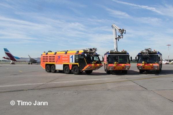 Drei der vier FLF vom Typ Z8 der Firma Ziegler, die die Hamburger Flughafenfeuerwehr aktuell nutzen. Foto: Timo Jann