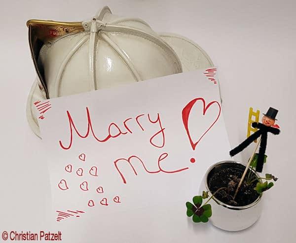 Symbolfoto: Heiratsantrag des Bostoner Feuerwehrmanns