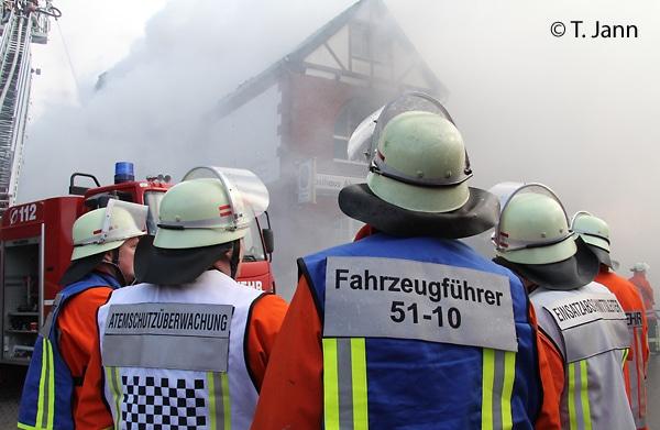 Beispiel für das Tragen von Kennzeichnungswesten bei einem Brand.