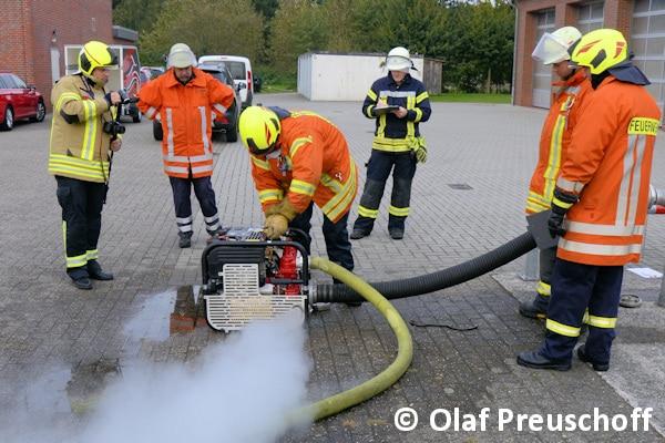 Mächtig viel Dampf beim Tragkraftspritzen-Test des Feuerwehr-Magazins. Fünf unterschiedliche Modelle testeten die Maschinisten-Ausbilder aus dem Kreis Ammerland.