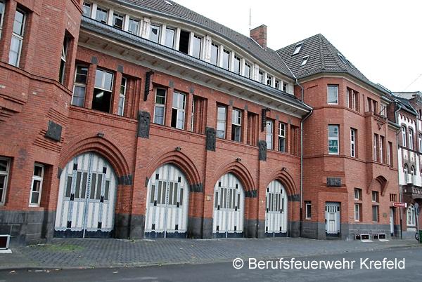 Fahrzeughalle hinter Holztoren: Aus dieser 1910 gebauten Hauptwache rückte die BF Krefeld bis 2016 aus. Foto: Berufsfeuerwehr Krefeld
