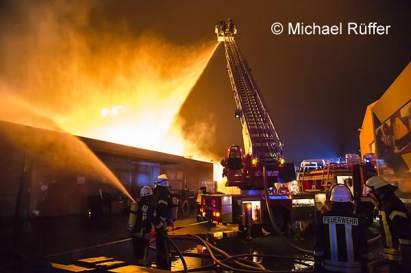 Beim Großbrand in einem Entsorgungsbetrieb in Wiefelstede (Kreis Ammerland, NI) kommt auch die einzige Drehleiter des Kreises Ammerland zum Einsatz. Foto: Michael Rüffer