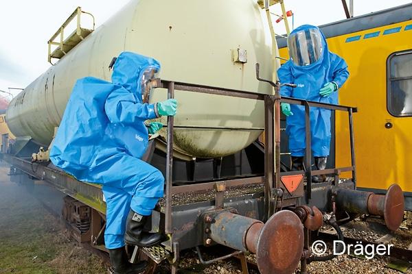 Bei der Feuerwehr zählt der gasdichte Chemikalienschutzanzug mit innen getragener Atemluftversorgung zum Standard. Sie bieten die größtmögliche chemische und mechanische Beständigkeit. Symbolfoto: Dräger