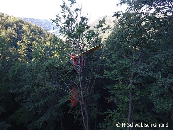 Nach Absturz: Pilot hängt in Baumkrone Foto: FF Schwäbisch Gmünd