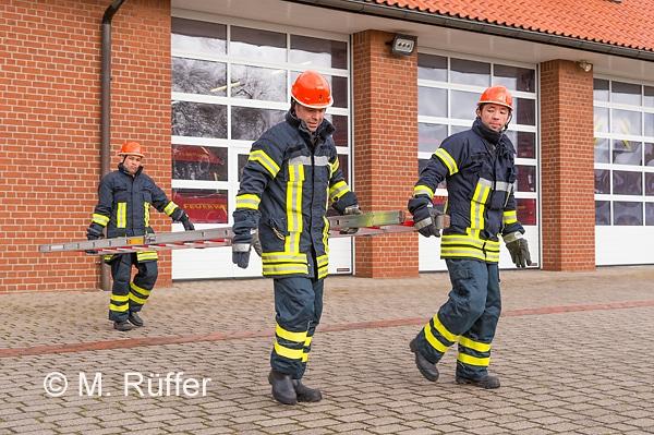 Mitglieder der Integrationsgruppe beim Üben mir der Steckleiter. Foto: Michael Rüffer