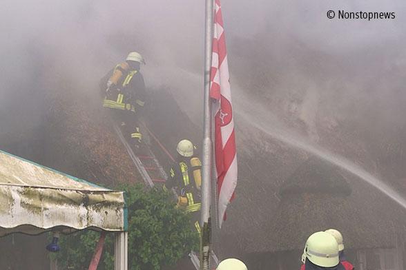 Großbrand in Bremen: Reetdachhaus in Flammen Foto: Nonstopnews