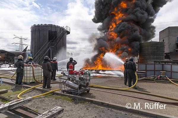 Training der Flüssigkeitsbrandbekämpfung an der Falck Fire Academy in Rotterdam. Foto: Michael Rüffer