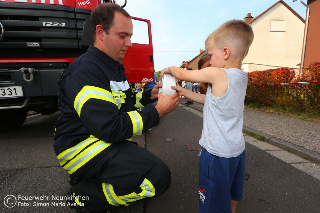 Auch Schläuche rollen stand auf dem Programm mit Geburtstagskind Leon. Foto: Simon Mario Ayenia