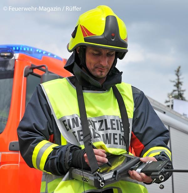 Hier führt der Einsatzleiter der Feuerwehr mit einem digitalen System auf einem Tablet.