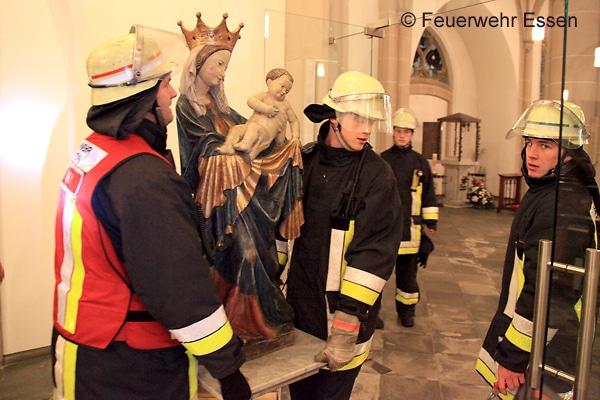 2014 brach in der in der St.-Hubertus-Kirche in Essen - vermutlich nach Blitzeinschlag - ein Feuer aus. Einsatzkräfte halfen bei der Bergung des Kulturguts. Foto: Feuerwehr Essen
