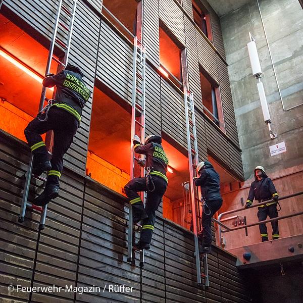 Das Hakenleitersteigen gehört noch immer zum Pflichtprogramm des Brandmeister-Lehrgangs: Alle HLF führen Hakenleitern mit.