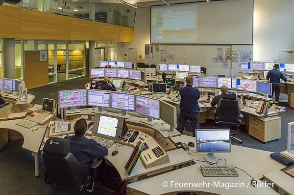 Zehn Mitarbeiter sind im Tagesdienst in der Leitstelle tätig. Die reguläre Disponentenzahl im 24-Stunden-Dienst variiert je nach Uhrzeit zwischen drei und fünf.