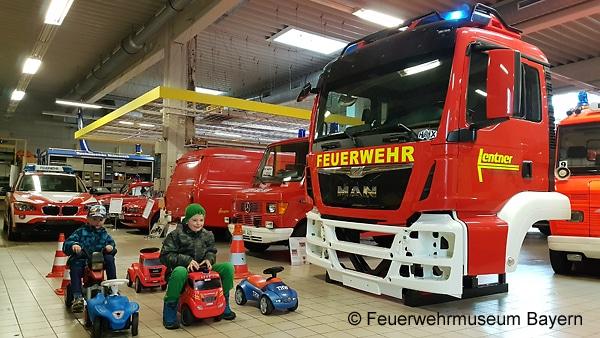 Das MAN-Fahrerhaus wird zum Fahrsimulator ausgebaut, die Kinder im Vordergrund üben schon einmal die Rettungsgasse zu bilden. Foto: Feuerwehrmuseum Bayern, Waldkraiburg