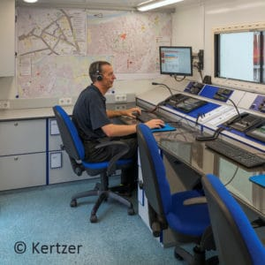 Funkbediensysteme erleichtern die Arbeit mit Analogund Digitalfunkgeräten. Die Feuerwehr Rosenheim nutzt das System Lardis von RTM Informationstechnologie unter anderem in ihrem Abrollbehälter Örtliche Einsatzleitung/ELW 2. Foto: Kertzer