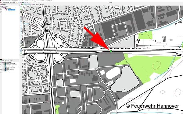 Nach Datenübernahme aus dem eCall-Notruf: Darstellung der Unfallstelle (siehe Pfeil) mit Angabe der Fahrtrichtung in der Karte des Einsatzleitrechners. Foto: Feuerwehr Hannover