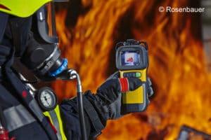 Mit einer Wärmebildkamera Feuerwehr kann sich der Angriffstrupp im Innenangriff orientieren. Foto: Rosenbauer