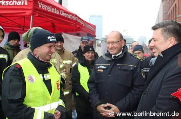Verdi Betriebsgruppensprecher Stefan Ehricht (links) im Gespräch mit dem Landesbranddirektor Vertreter Karsten Göwecke (mitte) und Berlins Innensenator Andreas Geisel (rechts)