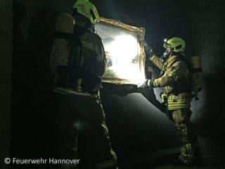 Übung zum Kulturgutschutz: Ein Atemschutztrupp der Feuerwehr Hannover birgt ein Kunstwerk aus dem Landesmuseum Hannover.
