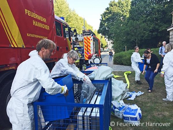 Die alarmierte Notfallgruppe Kulturgutschutz war nach der Bergung aus dem Schadenobjekt für die sofortige Sicherung der Kulturgüter an der Einsatzstelle verantwortlich.