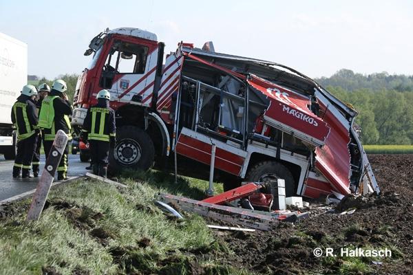 Sachsen / Großschirma: Am 26.04.2018 kam es gegen 7.15 Uhr auf der B 101 zwischen Großvoigtsberg und Obergruna zu einem Verkehrsunfall mit einem Tanklöschfahrzeug (TLF) der FF Mulda. Das Fahrzeug geriet ins Schleudern, rutschte auf ein Feld und überschlug sich. Beide Fahrzeuginsassen wurden schwer verletzt und eingeschlossen. Sie waren auf dem Weg zu einem Fahrsicherheitstraining. Foto: Halkasch