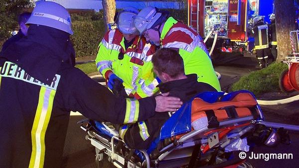 Die beiden leicht verletzten Feuerwehrmänner wurden in ein umliegendes Krankenhaus gebracht. Foto: Jungmann