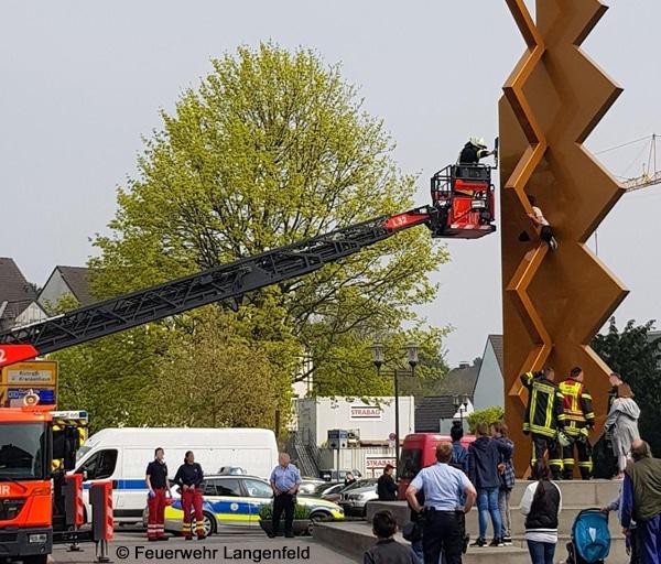 Feuerwehreinsatz Drehleiter Langenfeld, Skulptur der große vertikale Rhythmus (Mack-Stele)
