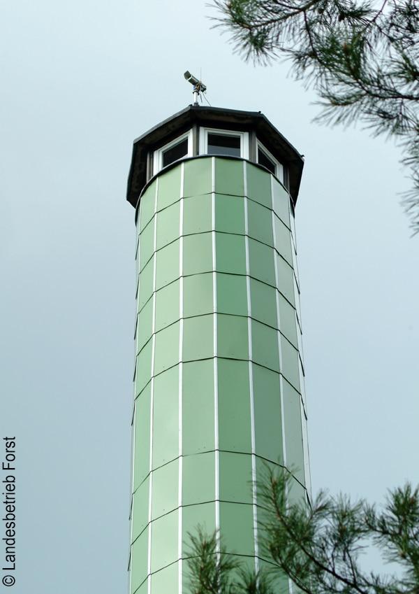 Zwischen 2003 und 2006 ließ das Land Brandenburg ein flächendeckendes automatisches Früherkennungssystem installieren. 108 solcher Türme wurden errichtet. Auf dem Dach ist ein optischer Sensor angebracht.