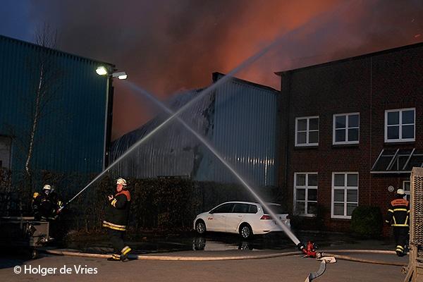Zum Abschirmen von Nachbargebäuden eines Brandobjekts eignen sich neben handgeführten Strahlrohren auch Werfer. Bei diesem Großfeuer in einer Hamburger Lagerhalle bekämpfen Einsatzkräfte den Brand und schirmen gleichzeitig ein Nachbargebäude ab.