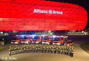 Feuerwehr München: Gruppenbild von FF-Mitgliedern und -Fahrzeugen vor der Allianz Arena. Foto: Michael Rüffer