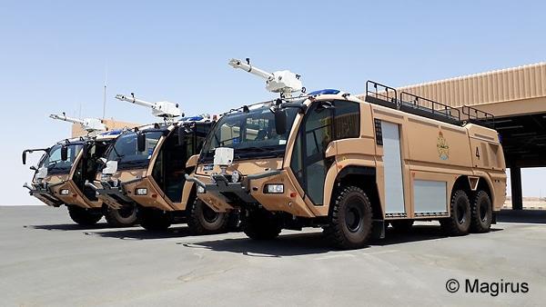 Diese drei sandfarbenen FLF Dragon X6 TEP lieferte Magirus an die Royal Air Force of Oman. Foto: Magirus
