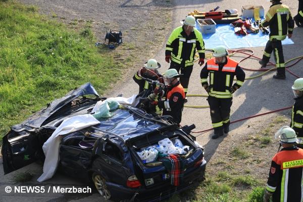 Feuerwehr im Einsatz mit einem Spreizer bei Autounfall auf der A 71 Richtung Schweinfurt.