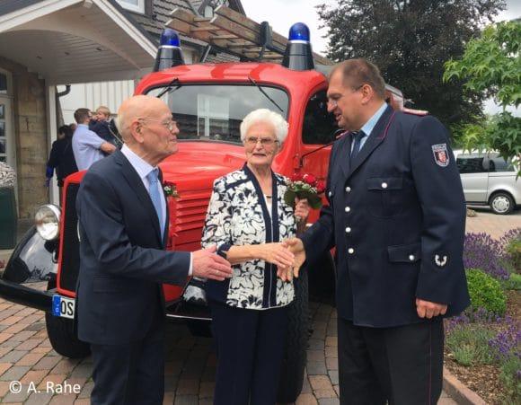 Eheleute vor Feuerwehrfahrzeug