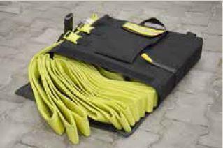 Am Einsatzort angekommen kann das Schlauchpaket einfach entnommen werden, indem die Tasche unten geöffnet wird. Dann fallen die restlichen Schlauchlängen heraus oder werden einfach ausgeschoben.