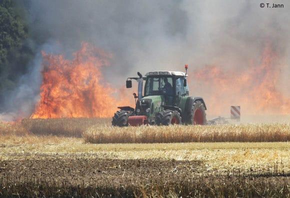 Trecker auf brennendem Feld