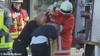 Zusammen mit ihrer Friseurin und der Feuerwehr konnte die Kundin die Farbe aus ihren Haaren waschen. Foto: NonstopNews
