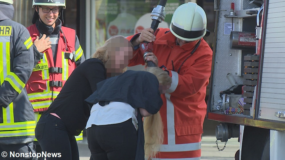 Together with her hairdresser and the fire department, the customer was able to wash the paint out of her hair. Photo: NonstopNews