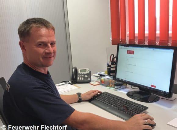 Ortsbrandmeister Ralf Sprang vor Computer