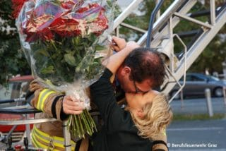 Kuss Schwarz und Verlobte