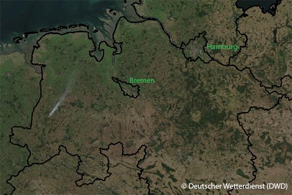 Satellitenbild vom 18. September 2018, 14.13 Uhr. Links ist die Rauchentwicklung des Moorbrands gut zu erkennen.