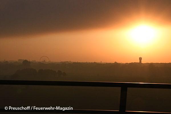 Auswirkungen des Moorbrandes bei Meppen: Rauchwolke über dem rund 100 Kilometer entfernten Oldenburg (NI).