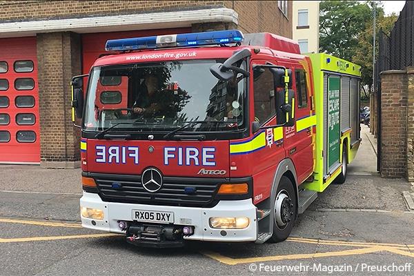 """Wo in Deutschland """"Feuerwehr"""" steht, lautet die Beschriftung """"Fire"""": Einsatzfahrzeug der London Fire Brigade (UK)."""