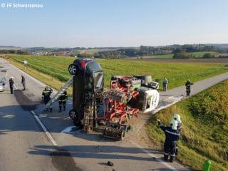 Unfallfoto Pkw steht senkrecht auf Stoßstange