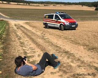 Ein Feuerwehr-Magazin-Redakteur fotografiert ein Einsatzfahrzeug für eine Reportage.