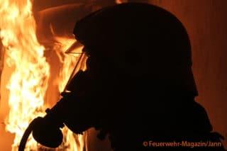 Atemschutgeräteträger Feuerwehr vor Flammen