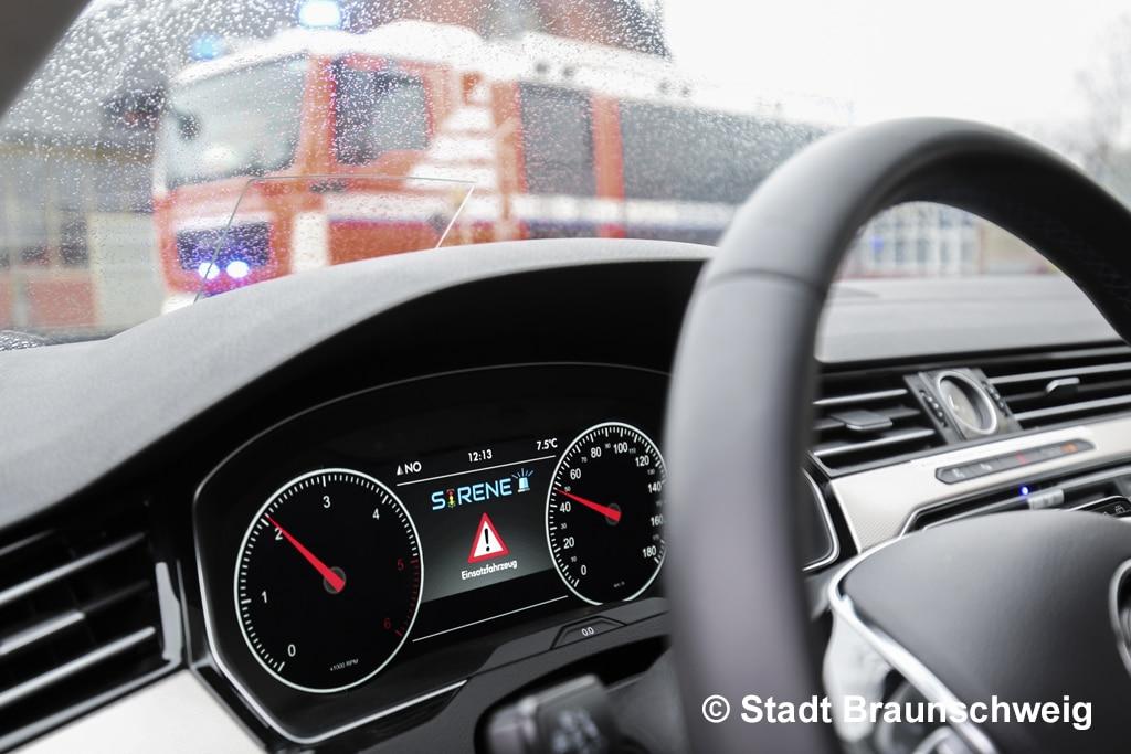 """Die BF Braunschweig führt die Car2Car-Technologie """"digitales Blaulicht"""" als erste Feuerwehr in Deutschland ein. Mit ihrer Hilfe sollen sich Einsatzfahrten verkürzen und sicherer werden. Foto: Stadt Braunschweig / M. Heyse"""