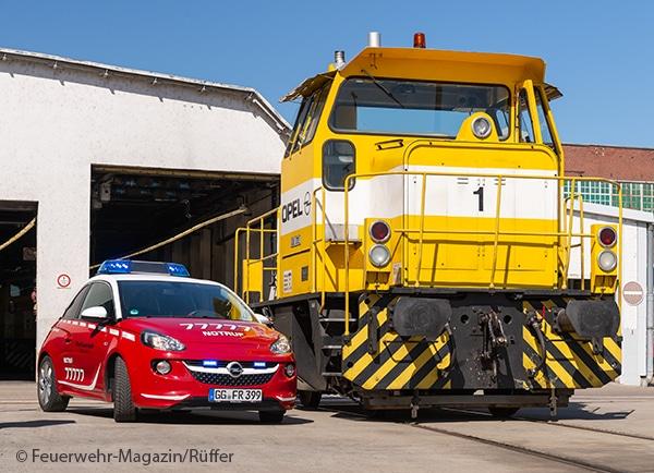 Opel Adam und Rangierlokomotive